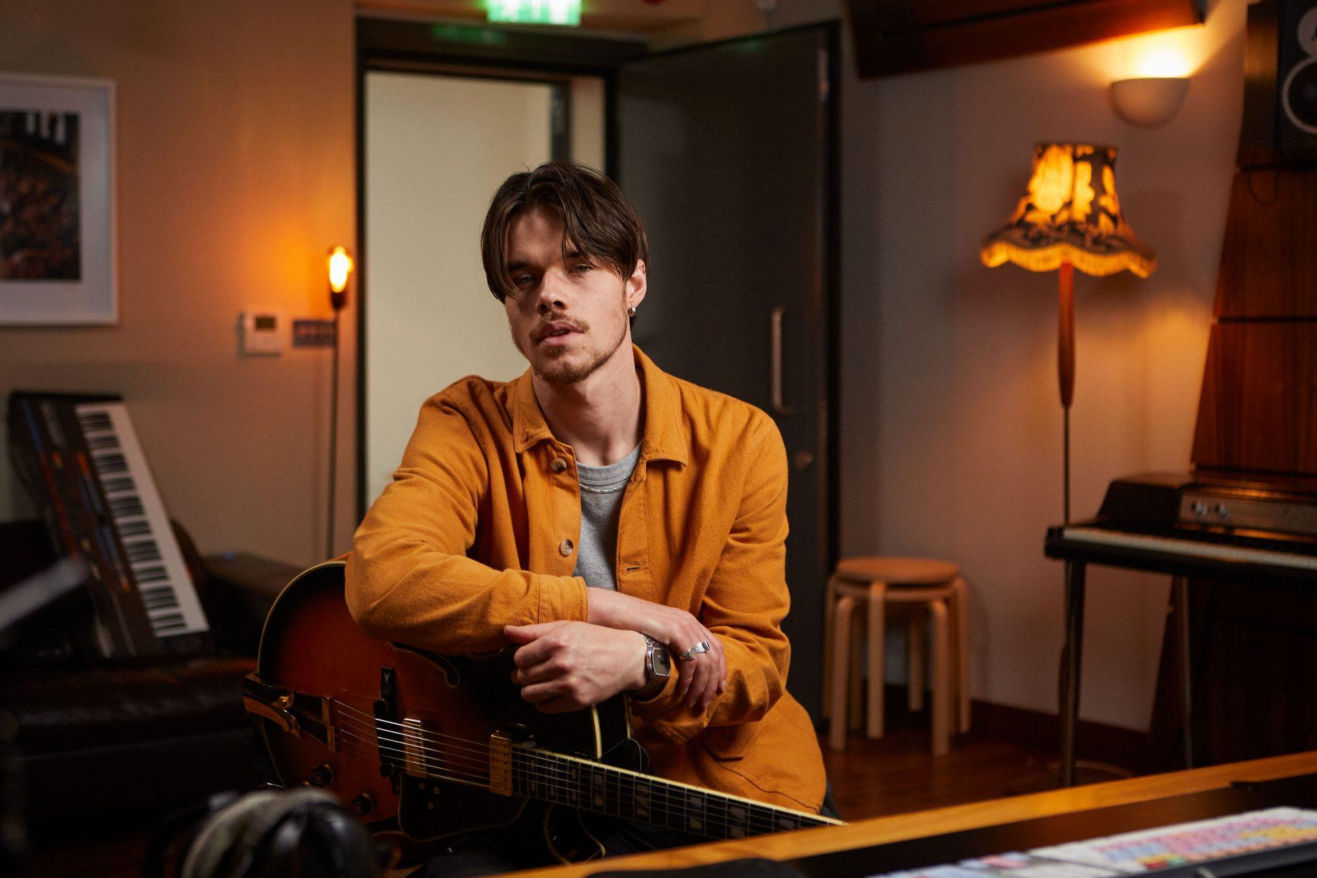 Musician Oscar Jerome giving a BandLab Tutorial